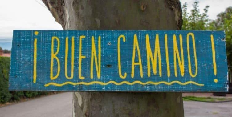 Cartello con scritta buen camino per comunicare nel cammino di santiago