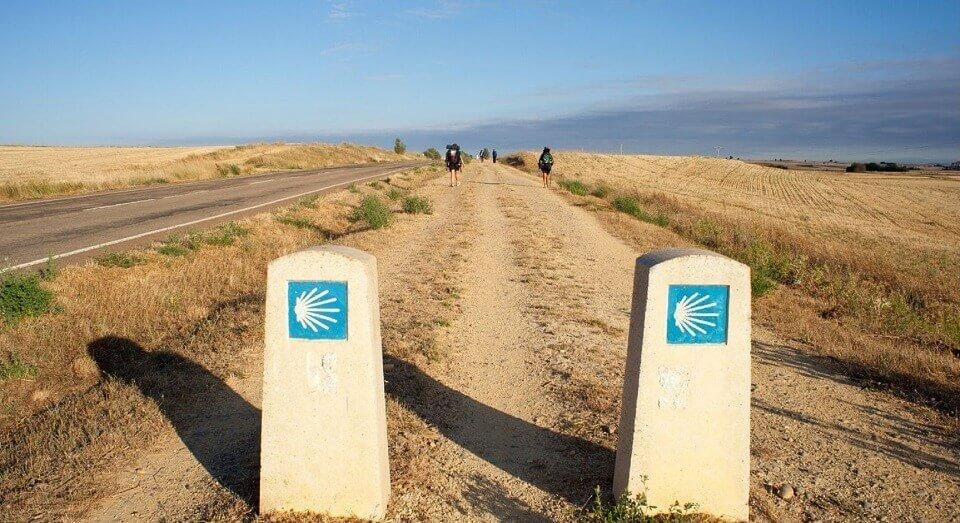 Due mojon sul un sentiero del cammino di santiago