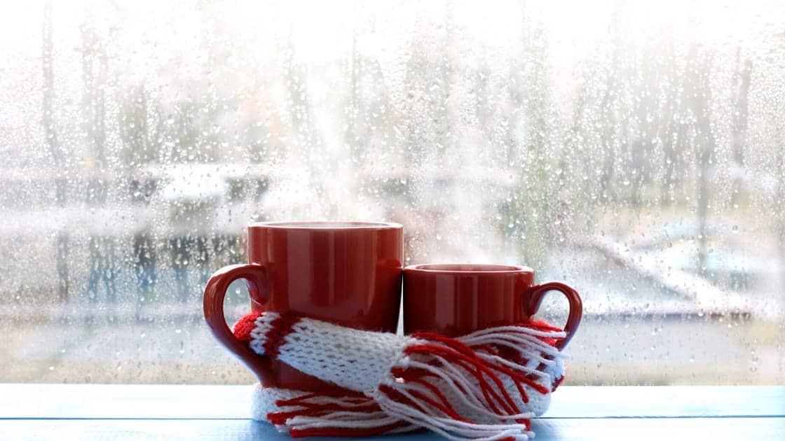 Due tazze con una sciarpa simboleggiano un abbraccio