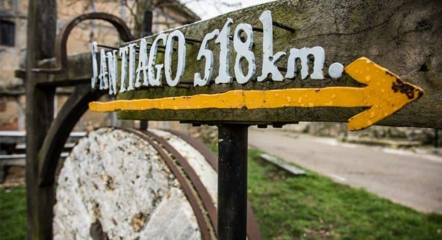Freccia cammino di santiago indica 518 km all'arrivo