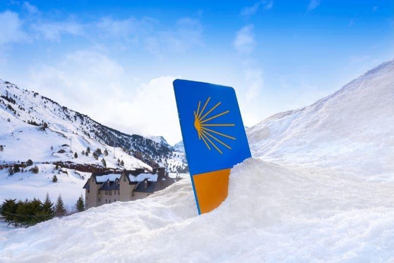 Indicazione del cammino di santiago di compostela sepolta dalla neve