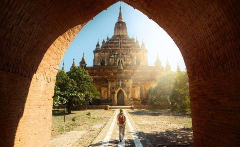 Lungo i cammini spirituali un pellegrino va in un tempio in myanmar