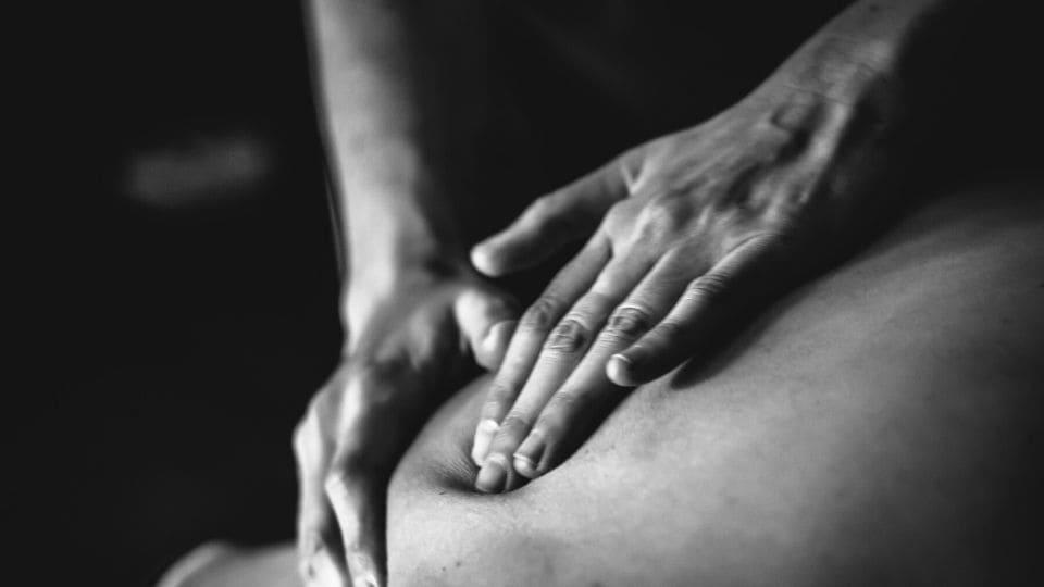 Mani fanno un massaggio alla schiena