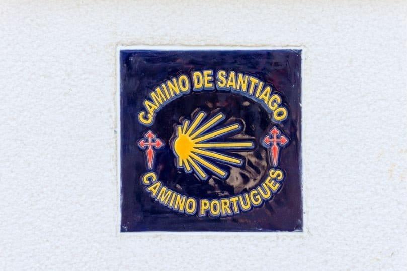 Mattonella con conchiglia sul cammino portoghese