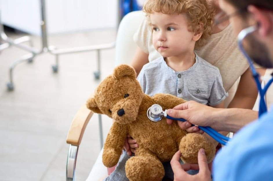 Medico visita l'orsacchiotto di un bambino