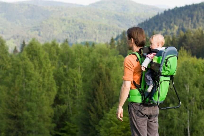 Padre trasporta bambino nello zaino