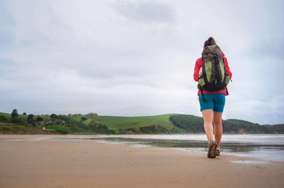 Pellegrina cammina sulla spiaggia