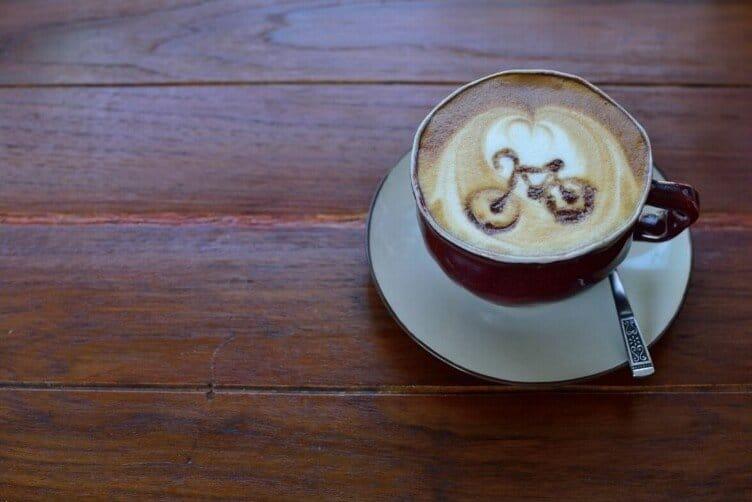 Schiuma del cappuccino con disegno bicicletta