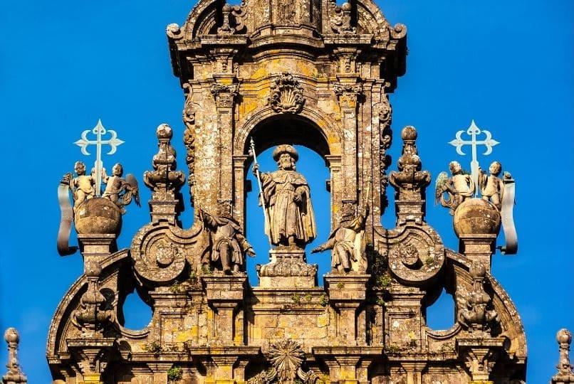 Statua di santiago in cima alla cattedrale