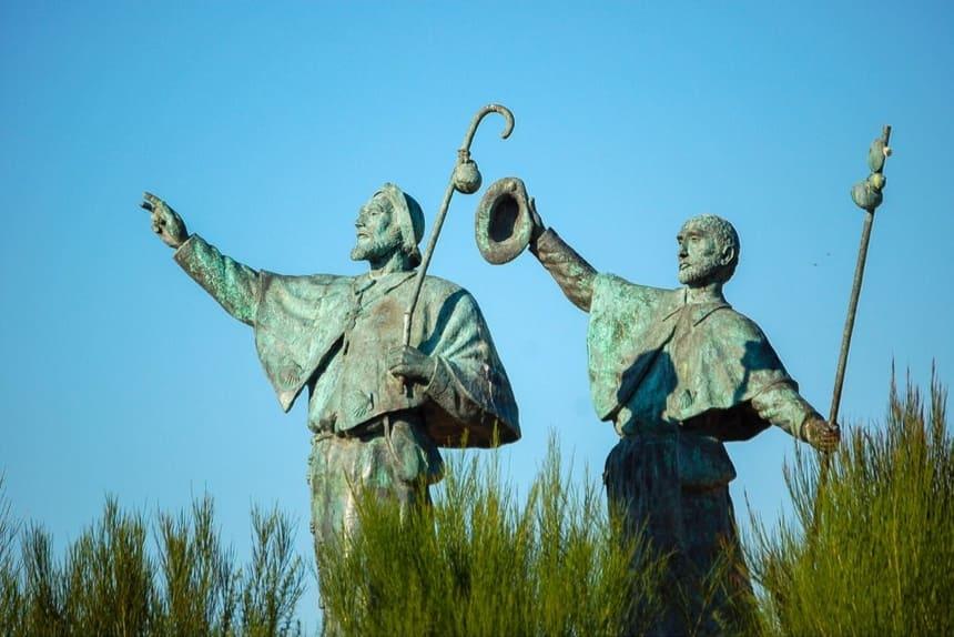 Statua di pellegrini che salutano e gioiscono