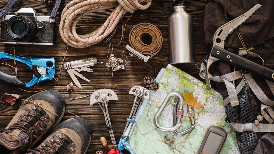Tanti oggetti da escursionismo