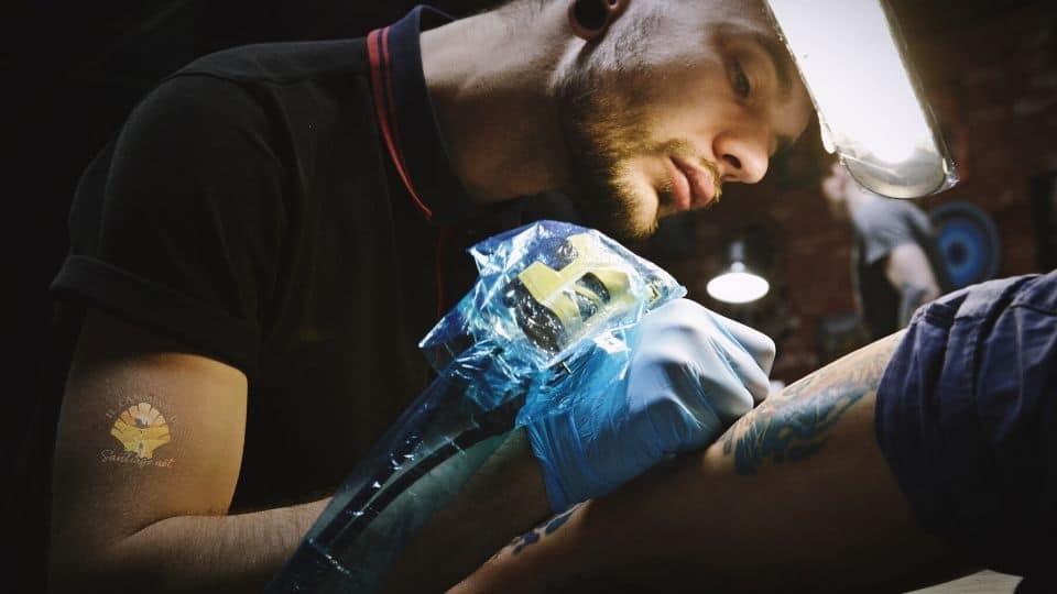 Tatuaggio del cammino di santiago viene fatto da un tatuatore