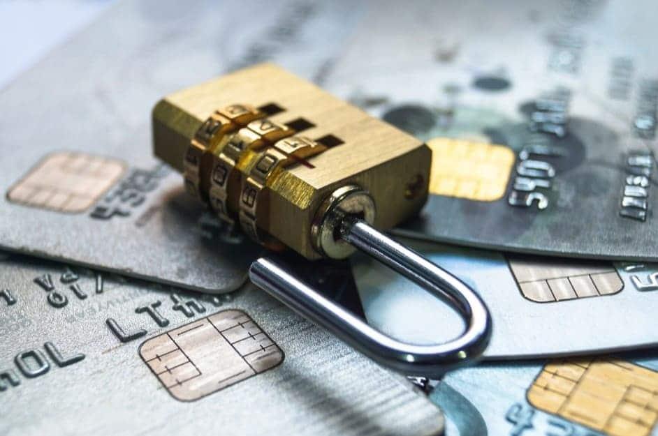 Un lucchetto poggiato su carte di credito