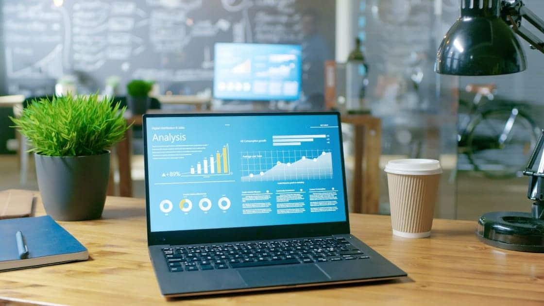 Un notebook con grafici sullo schermo