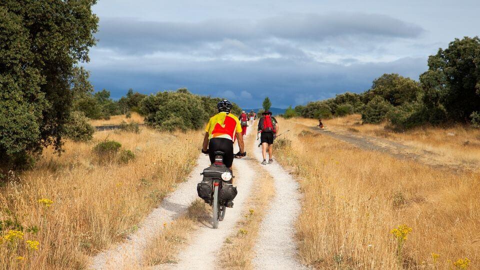 Un pellegrino fa il cammino di santiago in bici