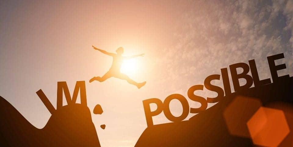 Un uomo salta e supera una grande scritta impossibile