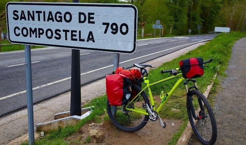 Una bici vicino ad un cartello 790 km a santiago