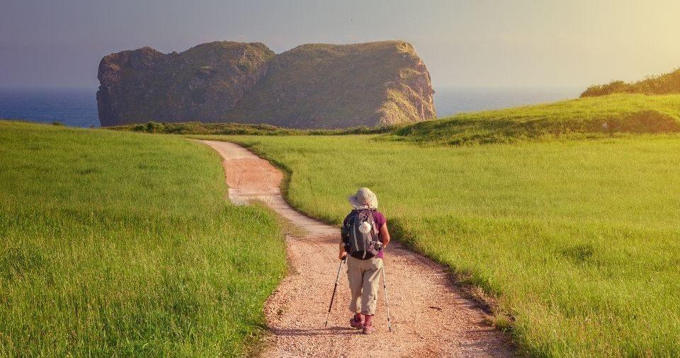 Una pellegrina fa il cammino da sola vicino llanes