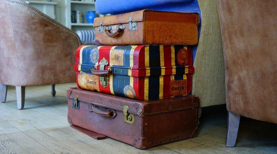 Vecchie valigie impilate