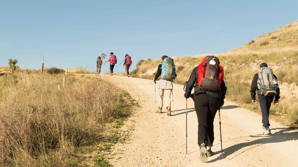 Pellegrini camminano su un sentiero