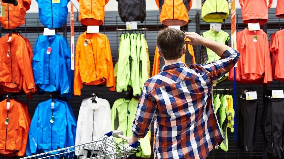 abbigliamento cammino di santiago: una ragazzo sceglie in un negozio