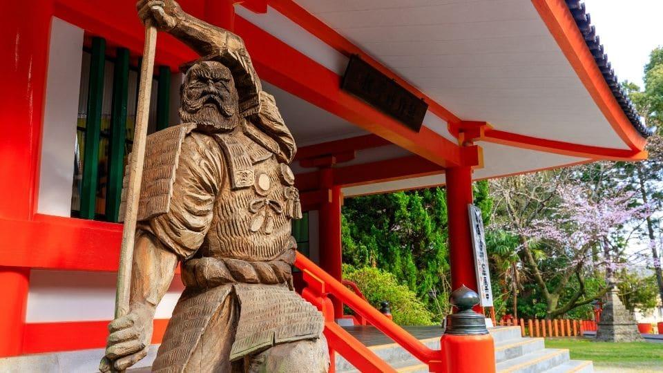 Statua fuori da un tempio kumano