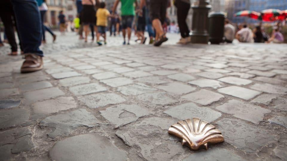 Conchiglia in metallo su una strada