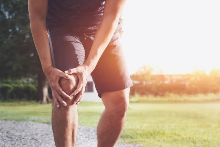 Sportivo si tiene il ginocchio dolorante