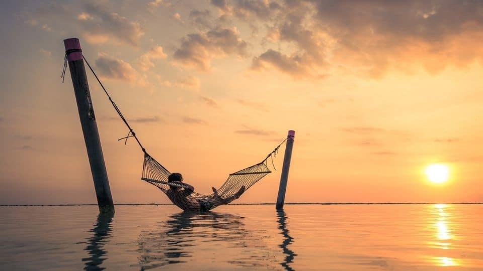 Un ragazzo sull'amaca al tramonto