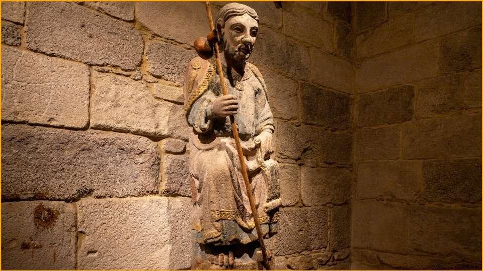 Cammino di Santiago in Galizia una statua nella Chiesa di La Coruña