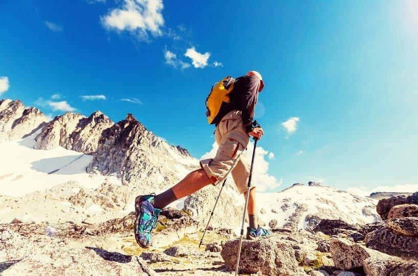 escursionismo trekking ragazzo cammina in montagna