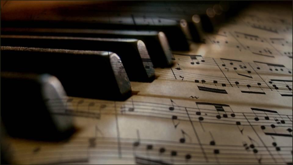 note musicali su tasti pianoforte