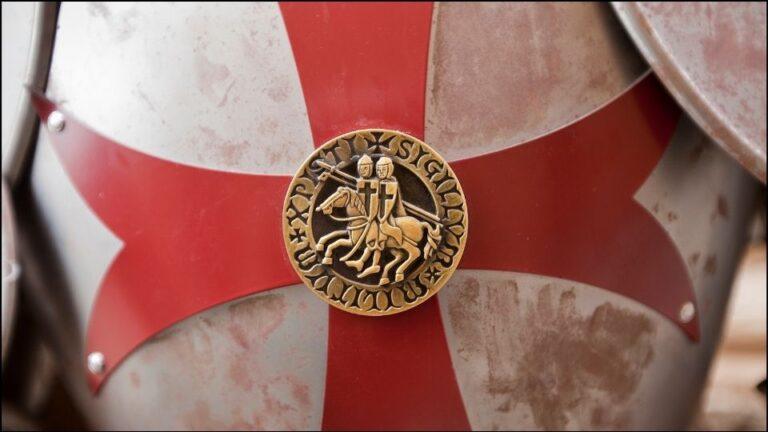 uno scudo con il simbolo dei Cavalieri Templari