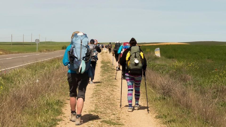 pellegrini in cammino con lo zaino